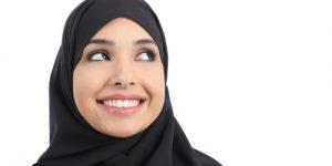 Παράνομη η απαγόρευση σε ασκούμενη δικηγόρο να φορά μαντίλα στη δουλεια