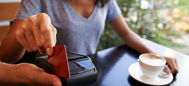 Τέρμα στις extra χρεώσεις από τη χρήση χρεωστικών/πιστωτικών καρτών στο εξωτερικό